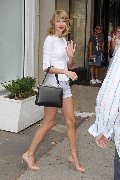 taylor-swift-legs-shorts-street-style
